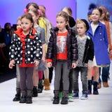 Sfilata di moda Bambini sul podio Immagini Stock
