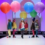 Sfilata di moda Bambini sul podio Fotografie Stock