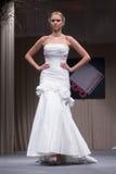 Sfilata di moda dei vestiti da cerimonia nuziale Immagini Stock Libere da Diritti