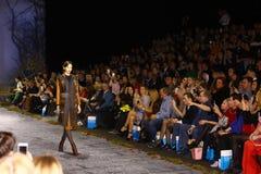 Sfilata di moda del lether delle pellicce sulla settimana russa di modo Immagine Stock Libera da Diritti