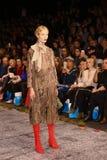 Sfilata di moda del lether delle pellicce sulla settimana russa di modo Fotografia Stock