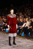 Sfilata di moda del lether delle pellicce sulla settimana russa di modo Immagini Stock