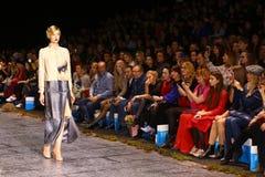 Sfilata di moda del lether delle pellicce sulla settimana russa di modo Fotografie Stock