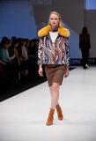 Sfilata di moda Donna sul podio Immagini Stock