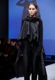 Sfilata di moda Donna sul podio Fotografia Stock Libera da Diritti