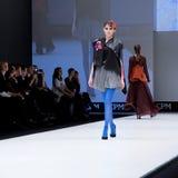 Sfilata di moda Donna sul podio Fotografia Stock