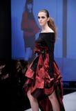 Sfilata di moda Donna sul podio Immagine Stock