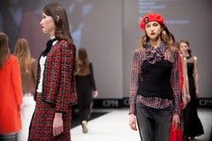 Sfilata di moda Donna sul podio Immagini Stock Libere da Diritti