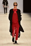 Sfilata di moda rosso scura Fotografia Stock Libera da Diritti