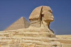 Sfinge contro della piramide di Giza Fotografie Stock