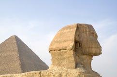 Sfinksa Sideview zbliżenia againts Wielki ostrosłup, Kair obraz royalty free