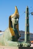Sfinx av den egyptiska bron över den Fontanka floden, St Petersburg, Ryssland Arkivfoton