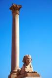 Sfinx en de Pijler van Pompey, Alexandrië, Egypte Stock Afbeeldingen