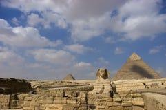 Sfinx en Grote Piramide in Giza Stock Fotografie