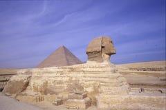 Sfinx och Pyramidesen av Gizeh Fotografering för Bildbyråer