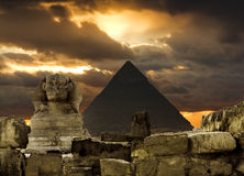 Sfinxen och pyramiden av Cheops i Giza Egipt på solnedgången Royaltyfri Foto