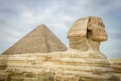 Sfinxen och pyramiden av Khufu Royaltyfri Bild
