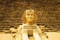 Sfinxmodell med pyramidbakgrund Arkivbild