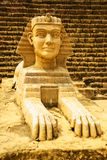 Sfinxmodell med pyramidbakgrund Arkivfoto