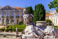 Sfinxskulptur på Neptunträdgårdarna och ceremoniell fasad på Queluzen Royal Palace Royaltyfri Fotografi