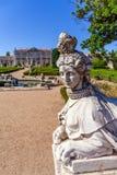 Sfinxskulptur på Neptunträdgårdarna och ceremoniell fasad på Queluzen Royal Palace Arkivfoto