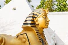 Sfinxstandbeeld met witte piramide royalty-vrije stock afbeelding