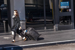 SFO, aéroport de San Francisco International - passagers en dehors des WI Photographie stock