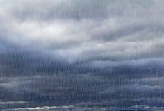 Sfondo naturale con il cielo piovoso Fotografia Stock