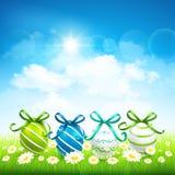 Sfondo naturale con le uova di Pasqua Immagini Stock Libere da Diritti