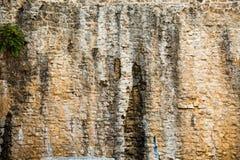 Sfondo naturale del primo piano Struttura all'aperto approssimativa della parete di pietra Immagini Stock Libere da Diritti