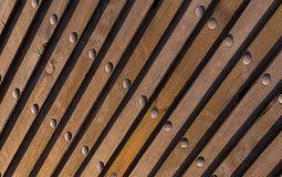 Sfondo naturale di Brown La struttura di legno inclinava le linee ribattini metallici verticali di prospettiva di prospettiva ind fotografia stock