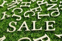 Sformułowanie sprzedaż na sztucznym zielonej trawy tle obrazy royalty free