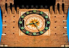 sforza城堡的米兰时钟在市中心 库存图片