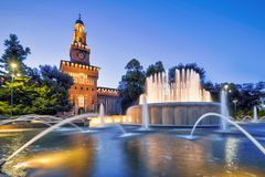 Sforza Castel alla notte a Milano, Italia Fotografia Stock