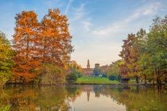Sforza Roszuje Castello Sforzesco, widok od Parco Sempione, Sempione park w Mediolan, Włochy fotografia royalty free