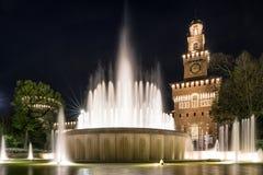 Sforza slott och springbrunn i Milano, Italien Arkivbild