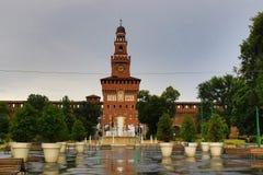 Sforzakasteel en Fontana Di Piazza castello Milan Italy royalty-vrije stock afbeelding
