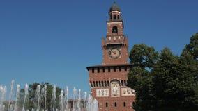 Sforzakasteel en fontein van Milaan stock footage