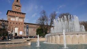 Sforzesco-Schloss und Marktplatz Castello-Brunnen Wintertag sonnig Historischer Platz stock footage