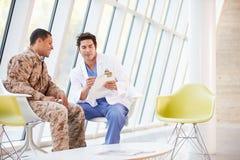 Sforzo del dottore Counselling Soldier Suffering From fotografie stock libere da diritti