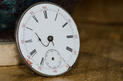 Sforzo del termine imminente visibile sull'orologio da tasca d'annata Immagini Stock