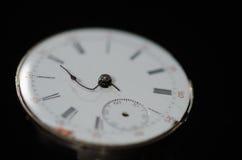Sforzo del termine imminente visibile sull'orologio da tasca d'annata Immagini Stock Libere da Diritti