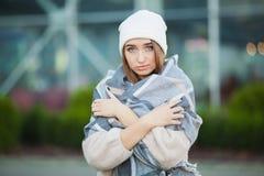 Sforzo della donna Bella donna disperata triste nella depressione di sofferenza del cappotto di inverno immagine stock libera da diritti