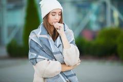 Sforzo della donna Bella donna disperata triste nella depressione di sofferenza del cappotto di inverno fotografie stock
