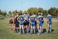 Sforzo di lavoro di squadra dei frÃends del gruppo di rugby Fotografie Stock Libere da Diritti