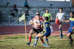 Sforzo di lavoro di squadra dei frÃends del gruppo di rugby Fotografia Stock Libera da Diritti