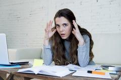 Sforzo disperato di sofferenza della donna che fa le fatture domestiche di lavoro di ufficio di contabilità Immagini Stock