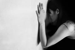 Sforzo e donna disperata contro la parete bianca Immagine Stock