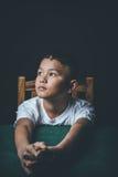 Sforzo e pressione di sensibilità del bambino maltrattato in scuola e negli studi Fotografia Stock