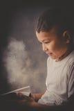 Sforzo e pressione di sensibilità del bambino maltrattato in scuola e negli studi Fotografie Stock